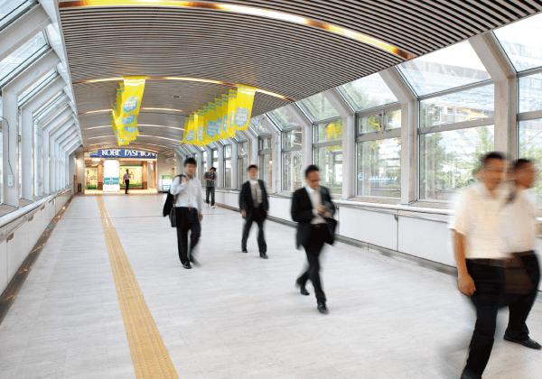 神戸ファッションマートは六甲ライナー「アイランドセンター」駅から直結しています