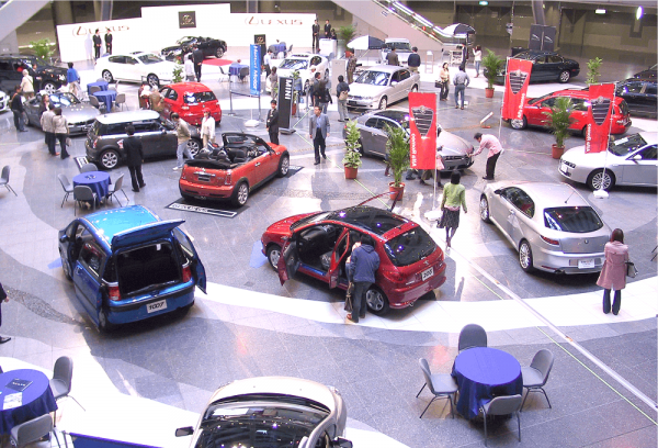 自動車展示会の様子