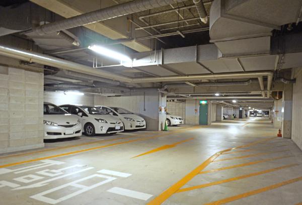 大型駐車場内